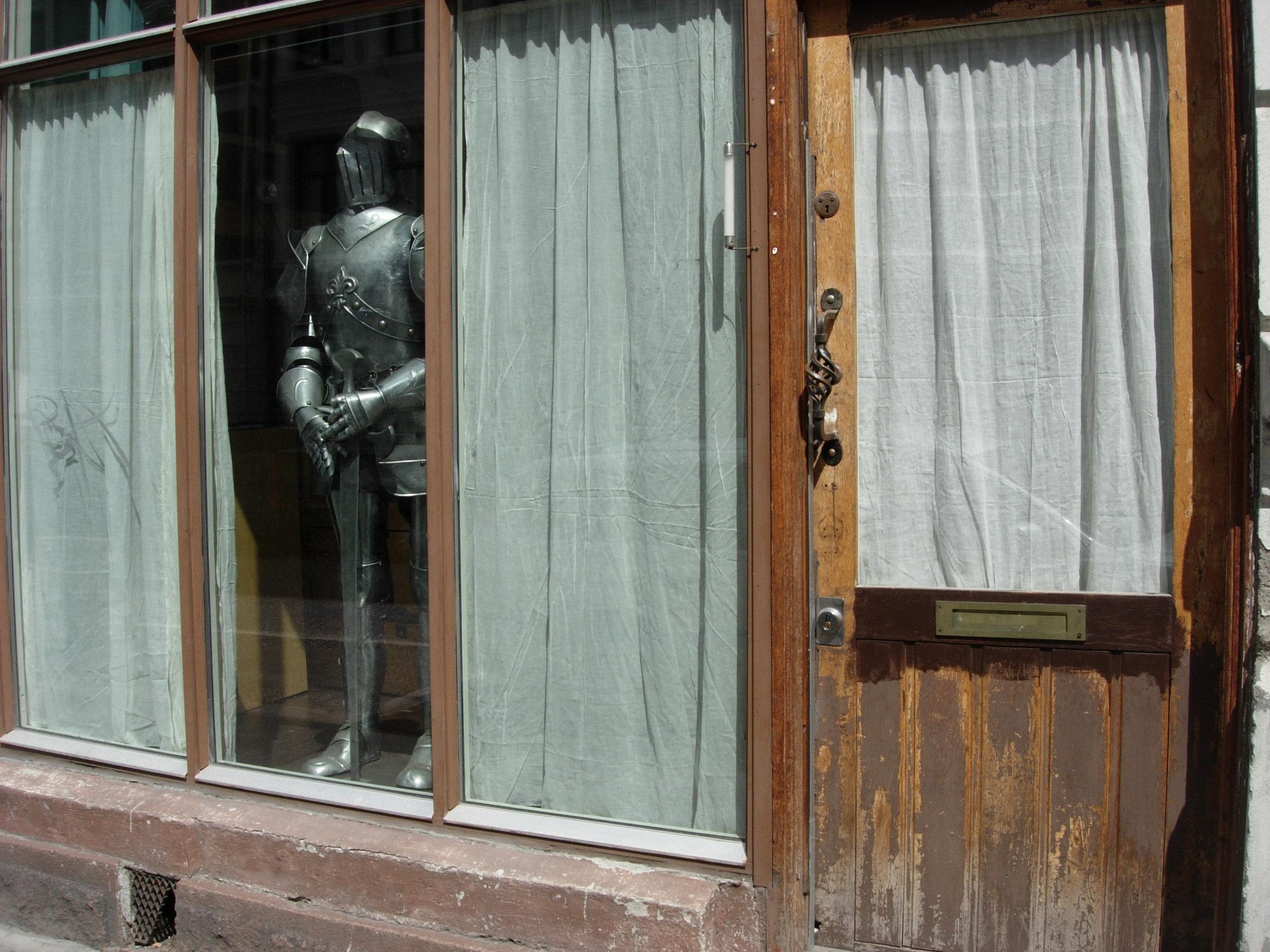 (PP 95: Baktruppen office window with armor)