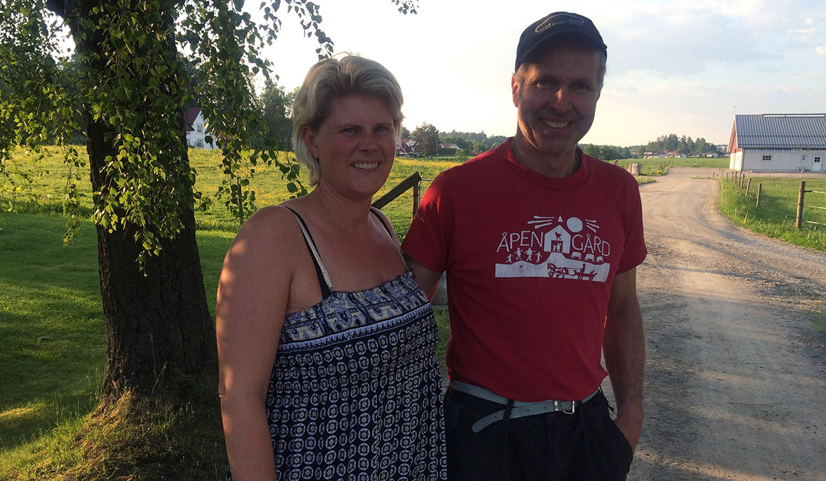 Marit Wærnes og Alf Håvard Bro, økologiske melkebønder på gården Hoel Vestre. Foto: Ingvild Holm